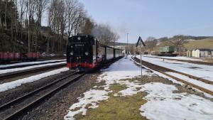 ©Foto: Konstantin Kirsch | 2021 | Fichtelbergbahn bei der Einfahrt
