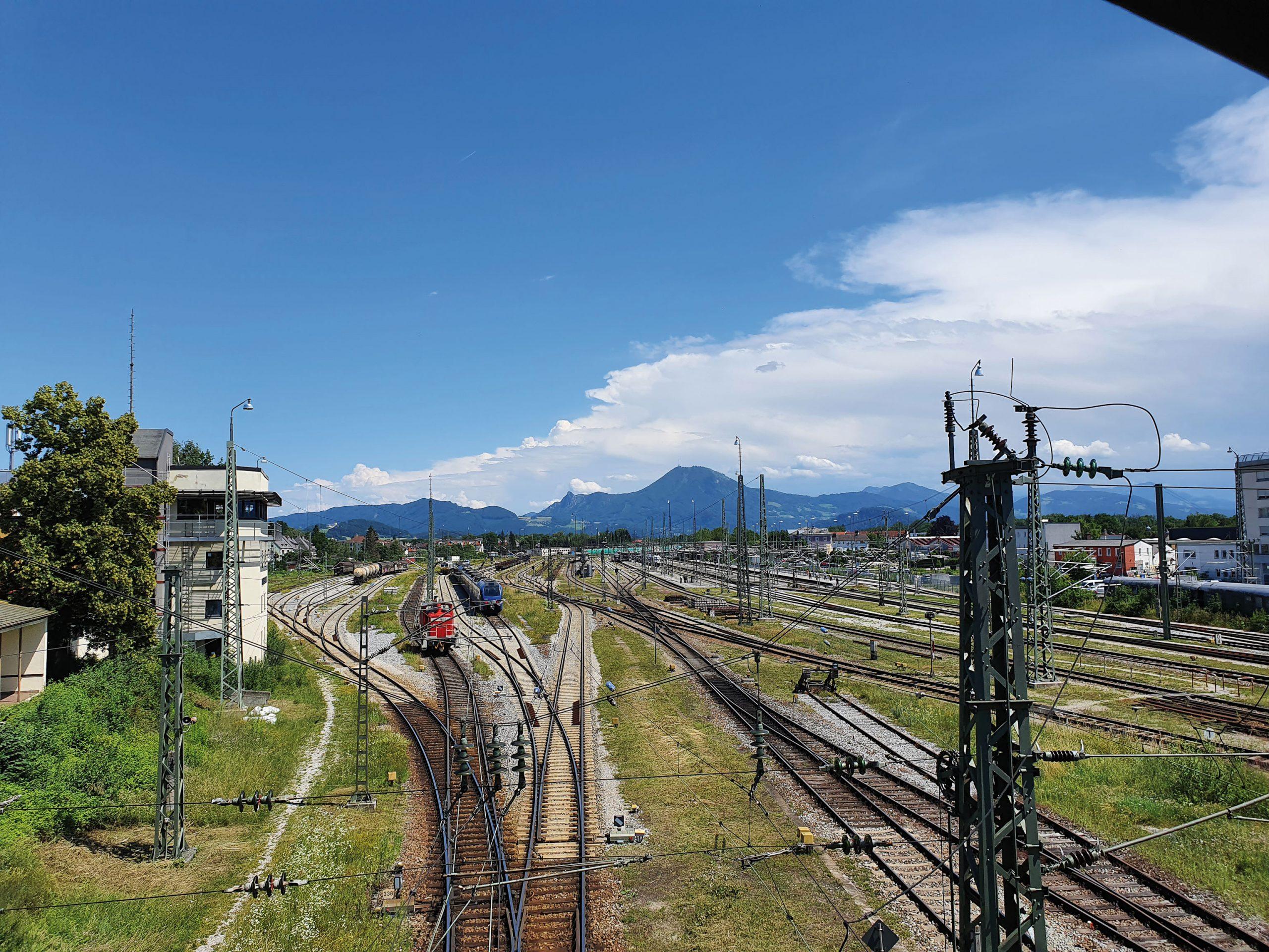 ©Foto: Daniel Grenzdörfer   railmen  Vor herrlicher Alpenkulisse liegt der Bahnhof Freilassing. Es ist der letzte deutsche Bahnhof auf der Strecke Rosenheim-Salzburg und verfügt über 8 Bahnsteige.