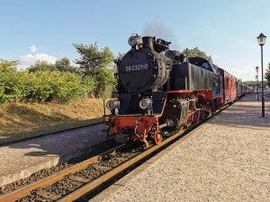 """Unverwechselbares Dampflok-Nostalgie-Flair: Der 100-jährige Zug mit original aufgearbeiteter Innenausstattung, ist das Schmuckstück der Mecklenburgischen Bäderbahn """"Molli""""."""