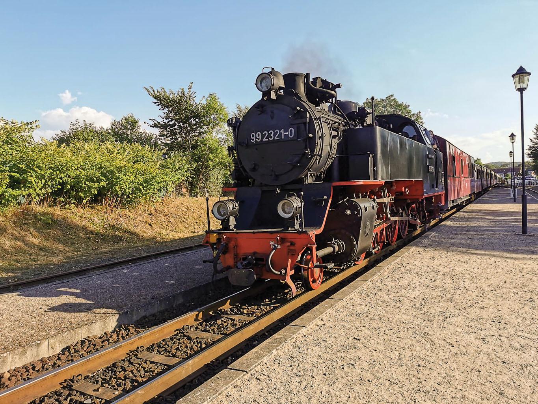 ©Foto: Florian Zierau   railmen   Unverwechselbares Dampflok-Nostalgie-Flair: Der 100-jährige Zug mit original aufgearbeiteter Innenausstattung, ist das Schmuckstück der Mecklenburgischen Bäderbahn