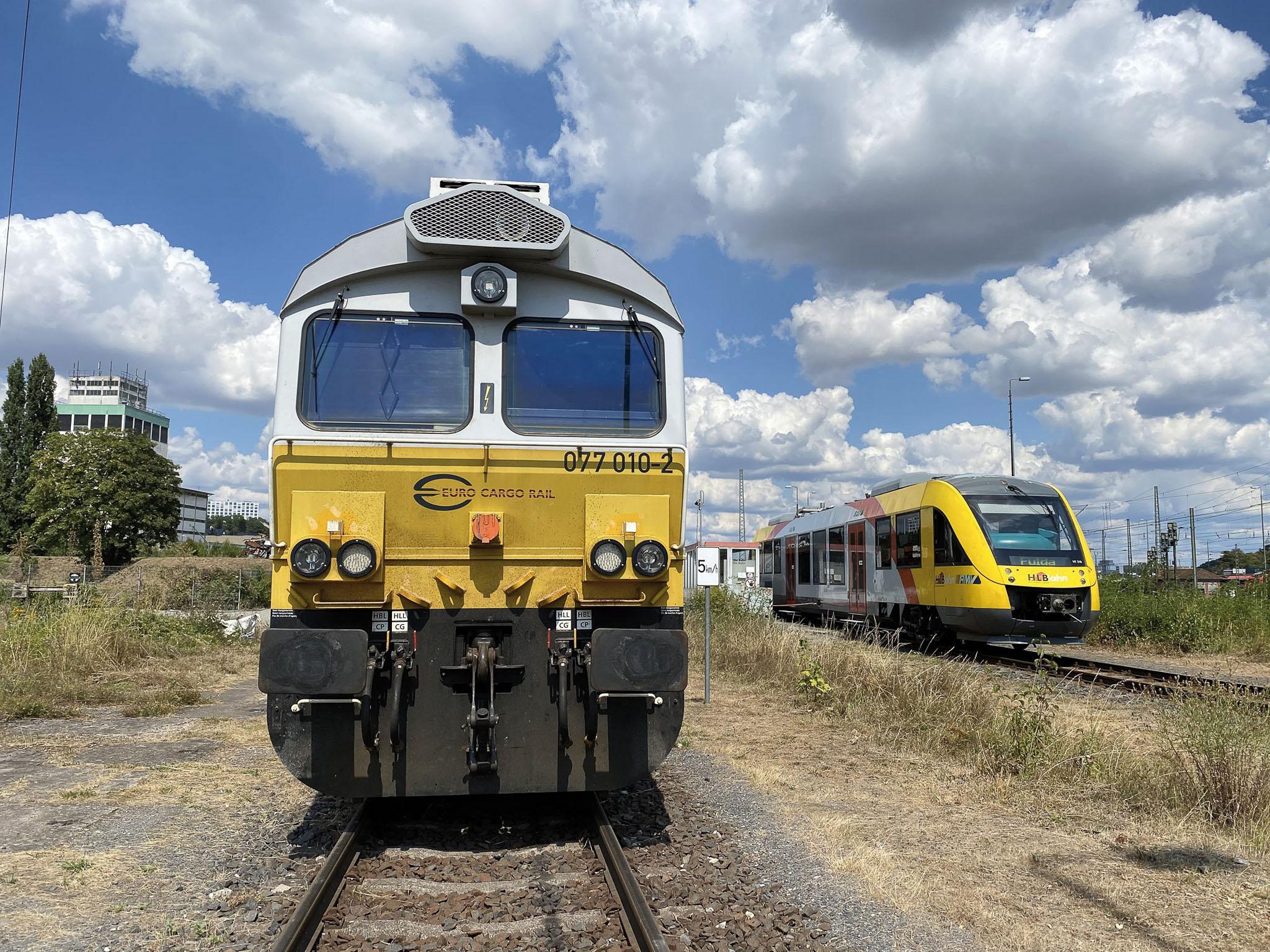 ©Foto: Jan Krehl   railmen   Limburg Lahn - Die im britischen Lichtraumprofil gebaute Lok (JT42CWRM) fährt mit 2350 KW auf 6 Achsen und wird für den Tonzugverkehr im Westerwald eingesetzt. Der LINT 27 (rechts) gehört zur HLB Flotte.
