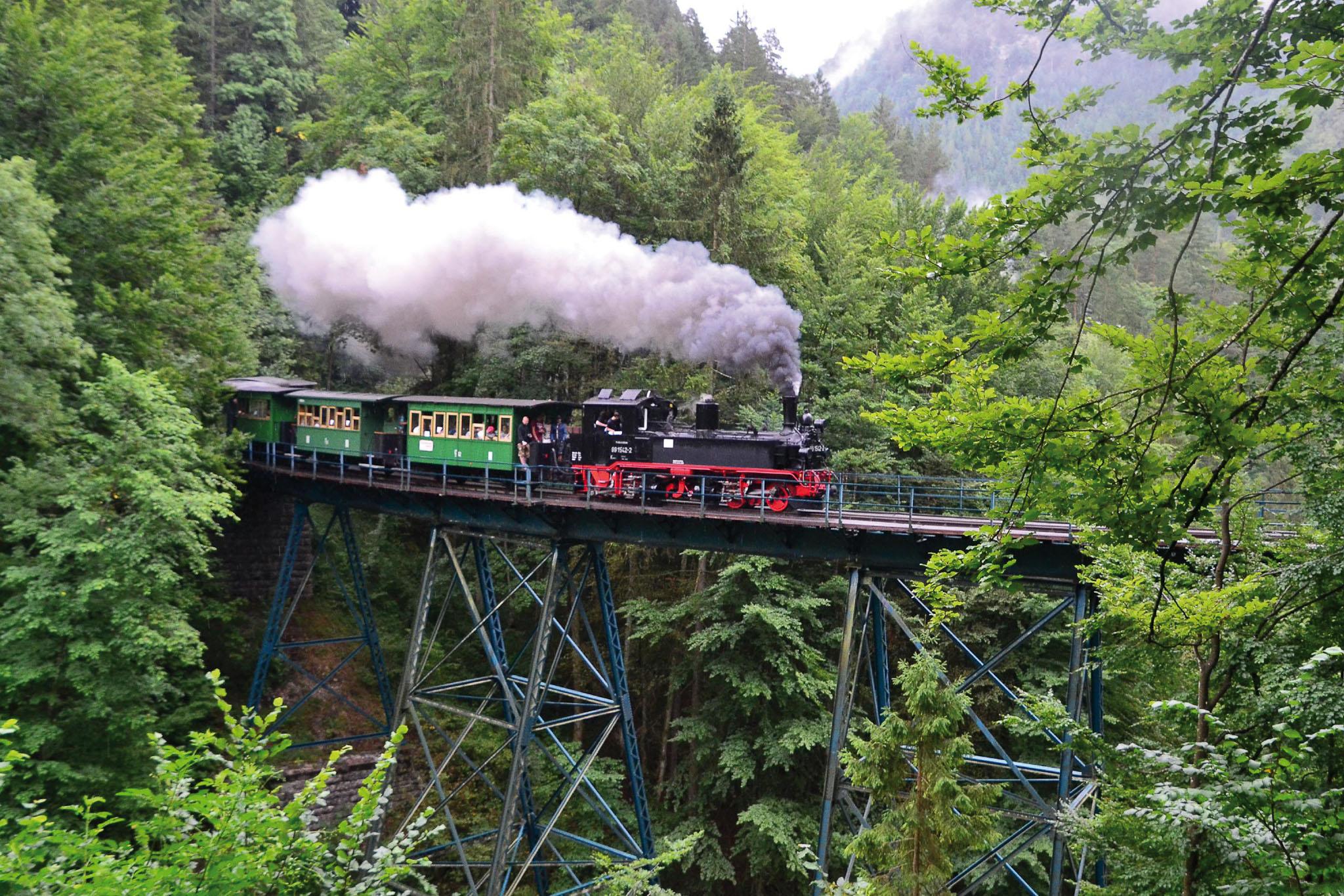 ©Foto: Konstantin Kirsch   railmen   Das denkmalgeschützte stählerne Wetterbach-Viadukt in Trestle-Bauweise ist eines der Wahrzeichen auf der Strecke des Ötscherland Express inmitten von Bergen, Felsen und Schluchten.