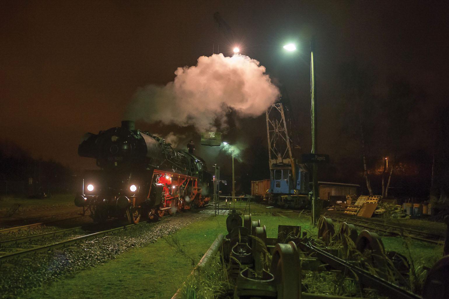 ©Foto: Konstantin Kirsch   railmen   Faszinierendes Spektakel aus Dampf und Licht – Die Eiserne 031010 in Leipzig-Plagwitz bei Nacht