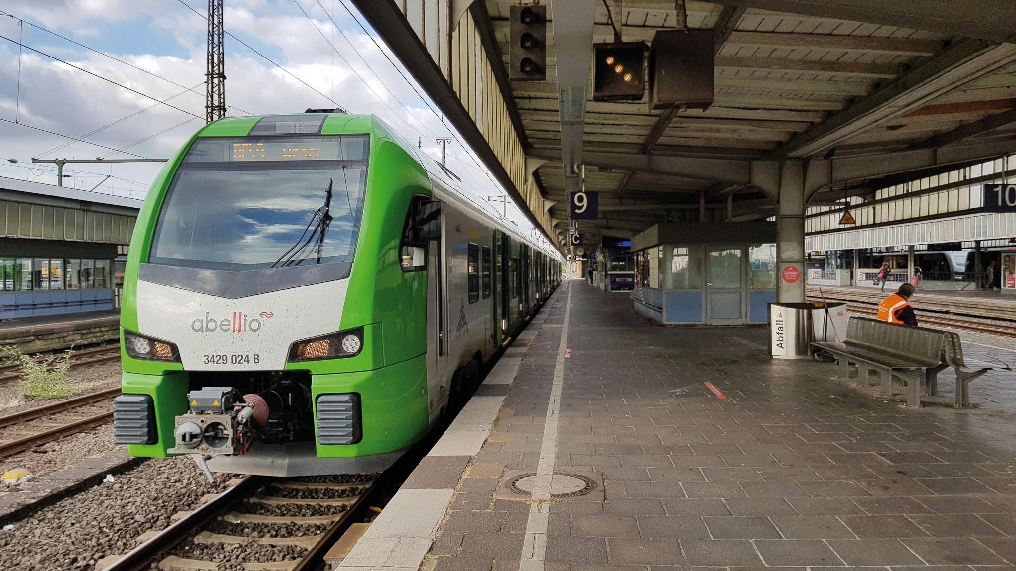 ©Foto: Oliver Külper   railmen   Elektrischer Nahverkehrszug FLIRT 3 XL der S-Bahn Rhein-Ruhr am HBF Oberhausen zwischen Wuppertal und Wesel.