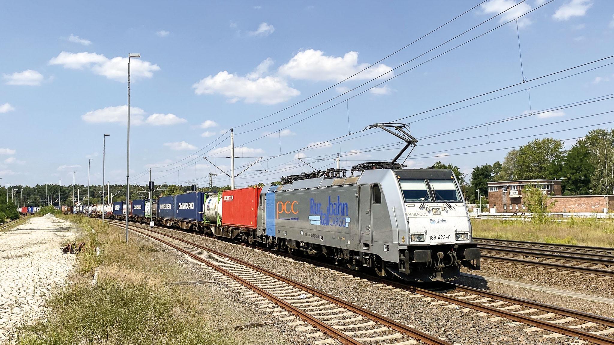 ©Foto: Marcel Langnickel   railmen   RAILPOOL 186423 im Einsatz für RTB Cargo mit einem PCC KLV-Zug in Erkner auf der Strecke Berlin-Frankfurt (Oder)