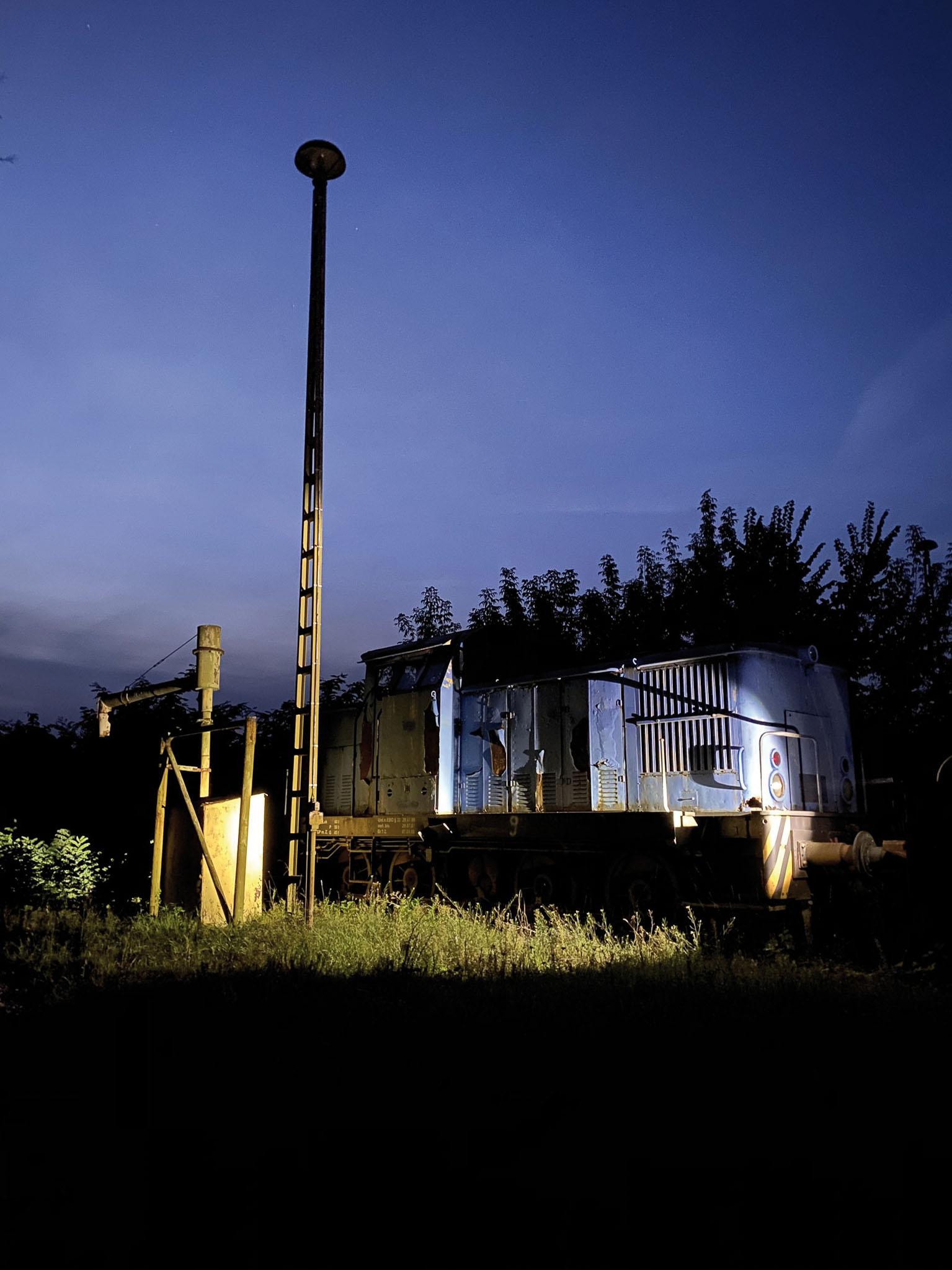 ©Foto: Patrick Friedrich   railmen   Ausrangiert, abgestellt und trotzdem fotogen! Im alten Bahnbetriebswerk Haldesleben rosten eine V60 und ein Wasserkran vor sich hin.