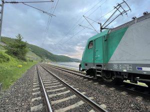 ©Foto: Oliver Külper | railmen | Stau am Rhein in Lorch auf der rechten Rheinstrecke | Unterwegs für Railtraxx mit der Baureihe 186