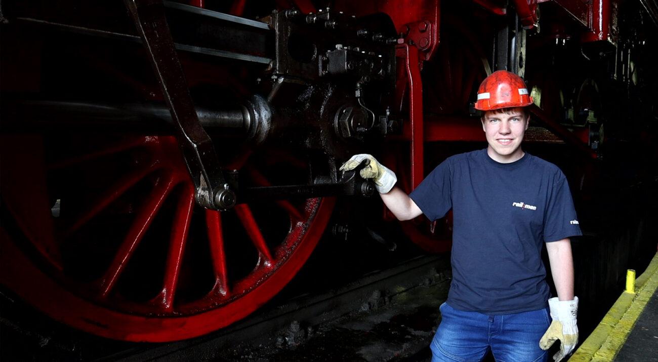 ©Foto: Christian Wodzinski | railmen | Railmen-Azubi Florian Zierau vor einer historischen Lok im Eisenbahnmuseum Halle